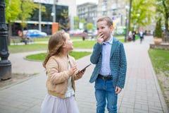Gruppieren Sie Porträt von zwei weißen kaukasischen netten entzückenden lustigen Kindern, die das Lächeln sprechen Liebesfreundsc lizenzfreie stockfotos