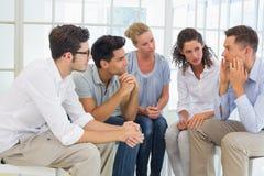 Gruppieren Sie Therapie in der Sitzung, die in einem Kreis sitzt Stockbilder