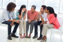 Gruppieren Sie Therapie in der Sitzung, die in einem Kreis sitzt Lizenzfreie Stockbilder