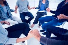 Gruppieren Sie Therapie in der Sitzung, die in einem Kreis sitzt Lizenzfreie Stockfotos