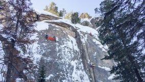 Gruppieren Sie Trainingsbergsteiger zum Klettern eines Berges, auf den lokalen Felsen in Krasnojarsk Lizenzfreie Stockfotografie