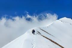 Gruppklättrare går ner uppifrån av den Erciyes vulkan Arkivfoto