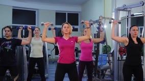 Gruppkondition i idrottshallen lager videofilmer