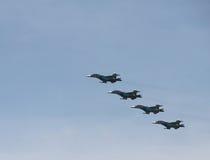 Gruppkonstflygning på frontlinjebombplanerna SU-34 Arkivbild