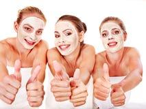 Gruppkvinnor med ansiktsbehandling maskerar. royaltyfri fotografi