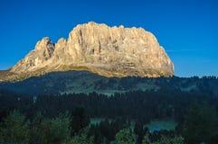 Gruppo ad alba, dolomia, TR della montagna di Langkofel o di Sassolungo Immagini Stock Libere da Diritti