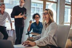 Gruppo allegro di affari nel corso di una riunione fotografia stock
