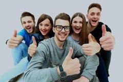 Gruppo allegro felice di amici che incoraggiano isolato su priorità bassa bianca Fotografia Stock