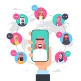 Gruppo arabo di concetto di comunicazione della rete dello Smart Phone della tenuta della mano dell'uomo di collegamento arabo de Immagine Stock Libera da Diritti