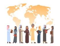 Gruppo arabo sopra la mappa di mondo, donna di affari Wearing Traditional Clothes della donna e dell'uomo dell'uomo d'affari di I Fotografia Stock Libera da Diritti