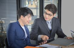 Gruppo asiatico di affari che discute documento alla riunione fotografia stock libera da diritti