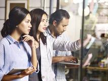Gruppo asiatico di affari che lavora nell'ufficio Fotografia Stock Libera da Diritti