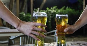 Gruppo asiatico di amici che hanno partito con le bevande alcoliche della birra ed i giovani che godono ad una barra che tosta i  fotografia stock libera da diritti