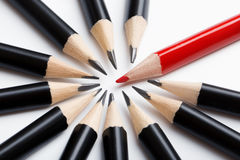 Gruppo astratto delle matite nere e del capo rosso Fotografia Stock Libera da Diritti