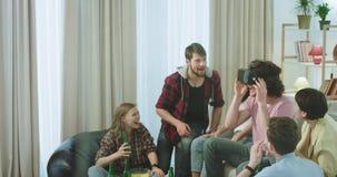 Gruppo carismatico del primo piano grande di multi molto attraente etnico degli amici la birra bevente godono del periodo uno di  video d archivio