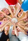 Gruppo che gioca a calcio o sport di calcio dell'interno Immagine Stock