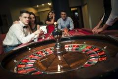 Gruppo che gioca roulette fotografia stock