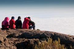 Gruppo che guarda fisso sopra le nuvole Fotografia Stock Libera da Diritti