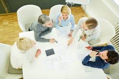 Gruppo che parla della strategia nella riunione Fotografia Stock
