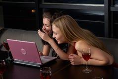 Gruppo con il computer portatile in caffè Immagini Stock