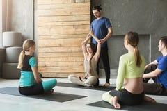 Gruppo con l'istruttore di yoga nel club di forma fisica Fotografia Stock