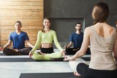 Gruppo con l'istruttore di yoga nel club di forma fisica Immagine Stock Libera da Diritti