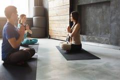 Gruppo con l'istruttore di yoga nel club di forma fisica Fotografie Stock Libere da Diritti