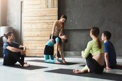 Gruppo con l'istruttore di yoga nel club di forma fisica Fotografia Stock Libera da Diritti