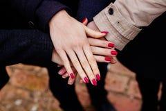 Gruppo con le mani insieme, amicizia Immagine Stock