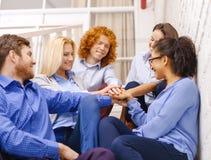 Gruppo con le mani sopra a vicenda sulla scala Fotografia Stock Libera da Diritti