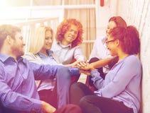 Gruppo con le mani sopra a vicenda sulla scala Fotografie Stock Libere da Diritti