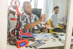 Gruppo creativo abile che progetta stampa tridimensionale Immagine Stock