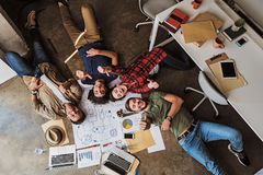 Gruppo creativo allegro divertendosi sul posto di lavoro Fotografia Stock Libera da Diritti