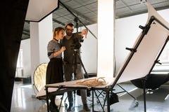 Gruppo creativo che discute la composizione nel tiro fotografia stock libera da diritti