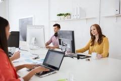 Gruppo creativo con i computer che funzionano all'ufficio Fotografia Stock Libera da Diritti