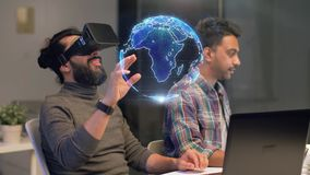 Gruppo creativo in cuffia avricolare di realtà virtuale all'ufficio stock footage