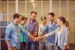Gruppo creativo di affari che un le loro mani fotografie stock libere da diritti