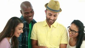 Gruppo creativo di affari facendo uso del pc della compressa archivi video