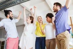 Gruppo creativo felice in ufficio fotografia stock libera da diritti
