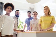 Gruppo creativo felice in ufficio Fotografie Stock