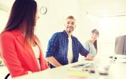 Gruppo creativo internazionale felice all'ufficio Fotografia Stock
