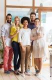 Gruppo creativo sorridente felice con caffè in ufficio Fotografie Stock