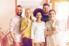 Gruppo creativo sorridente felice con caffè in ufficio Immagine Stock Libera da Diritti