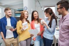 Gruppo creativo sulla pausa caffè che parla all'ufficio Fotografia Stock