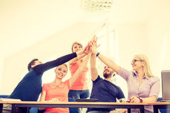 Gruppo degli amici che mostrano insieme unità con le loro mani Immagini Stock