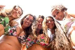 gruppo degli amici della spiaggia immagini stock