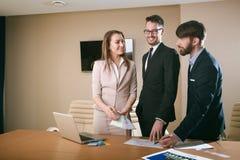 Gruppo degli architetti che si incontrano nell'ufficio Immagine Stock