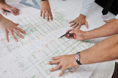 Gruppo degli architetti sul sito del construciton Immagine Stock Libera da Diritti