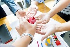 Gruppo degli ingegneri che lavorano insieme in un ufficio di architetto Fotografia Stock
