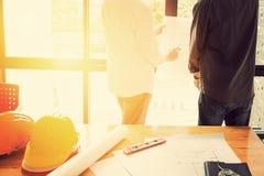 Gruppo degli ingegneri che lavorano insieme in un ufficio di architetto Immagini Stock Libere da Diritti